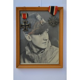 A nice soldier's set. Photo in frame, Iron cross second class 1939 marked 65, kvk 2 class with swords.