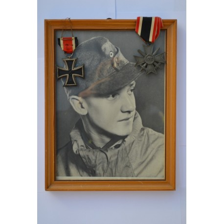 A nice soldier's set. Photo in frame, Iron crosssecon class 1939 (signed 65) + kvk 2 class with swords.