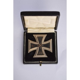 Iron Cross First Class 1939 screw back in box marked L/10 maker Deschler & Sohn.