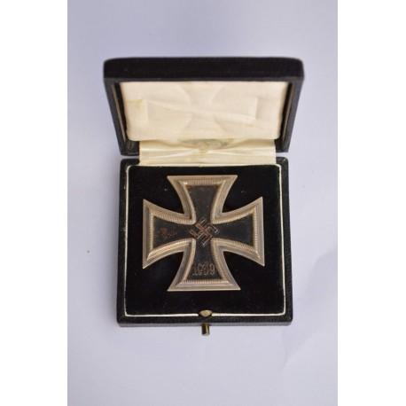 Iron Cross First Class 1939 screw back in box marked L/10 maker Deschler & Sohn.
