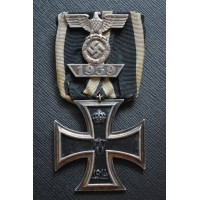 A Clasp to the Iron Cross Second Class 1939, First Version maker Wilhelm Deumer with Iron cross 1914.